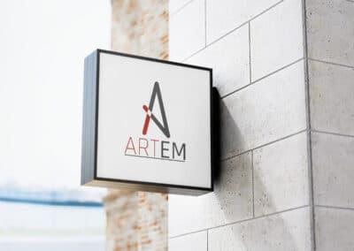 Logo agencji artystycznej na szyldzie zawieszonym na budynku