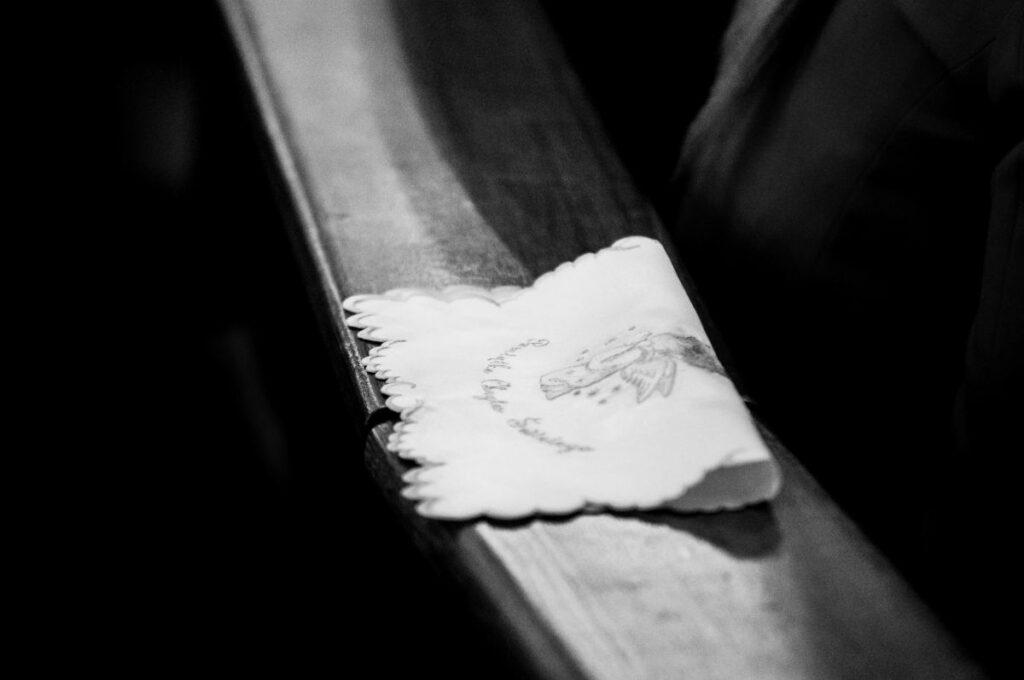 Biała szata chrzcielna na ławce