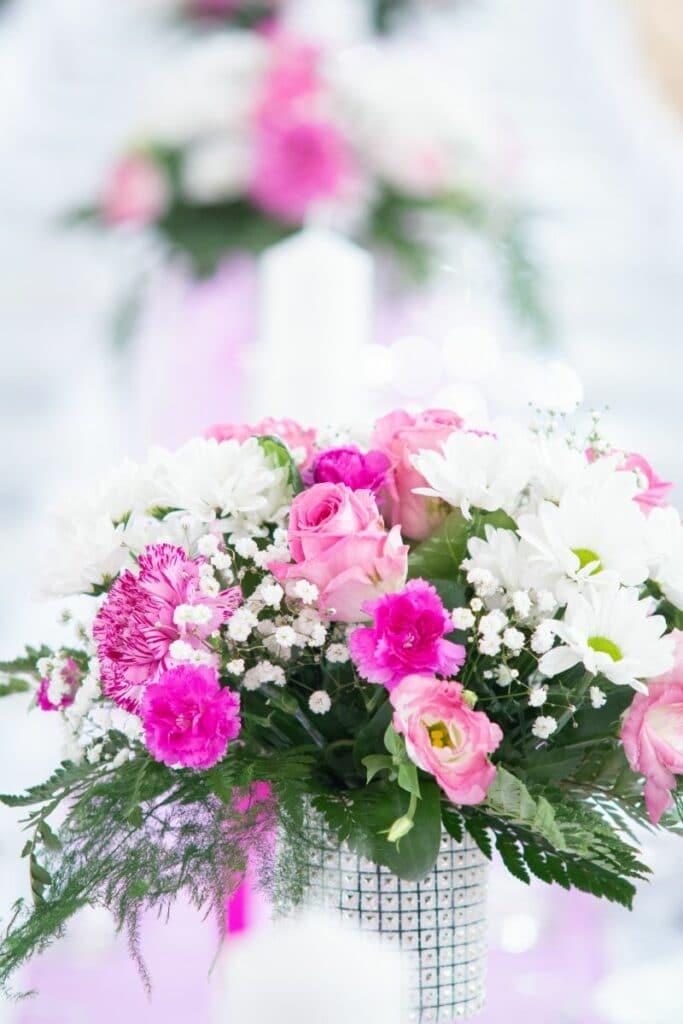 Bukiety kwiatowe na stołach weselnych