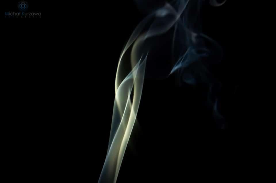 Podświetlony dym papierosowy