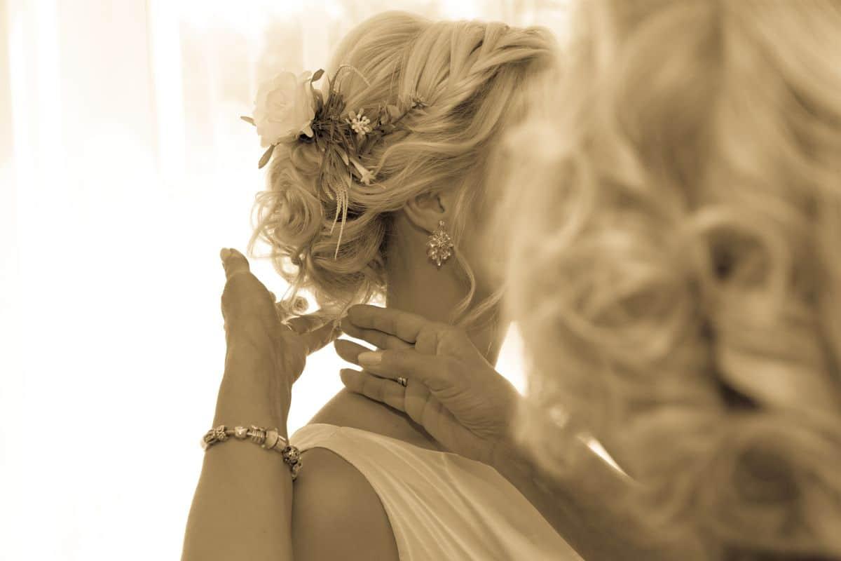 Matka poprawiająca włosy Panny Młodej