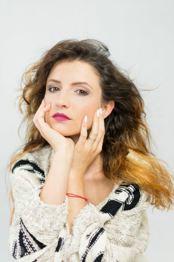 Portret pięknej dziewczyny w swetrze