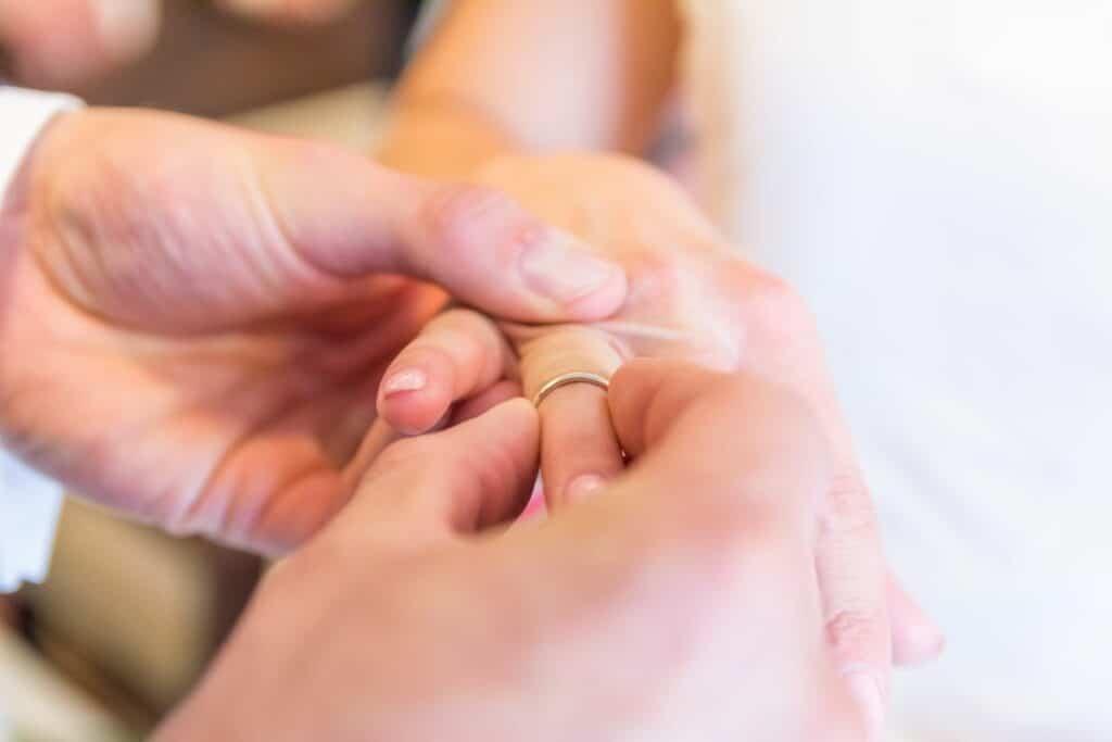 Moment zakładania obrączek ślubnych