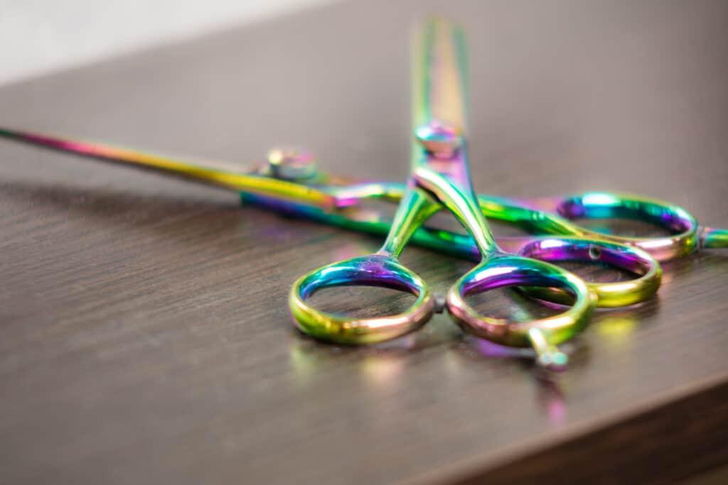 Nożyczki w salonie fryzjerskim