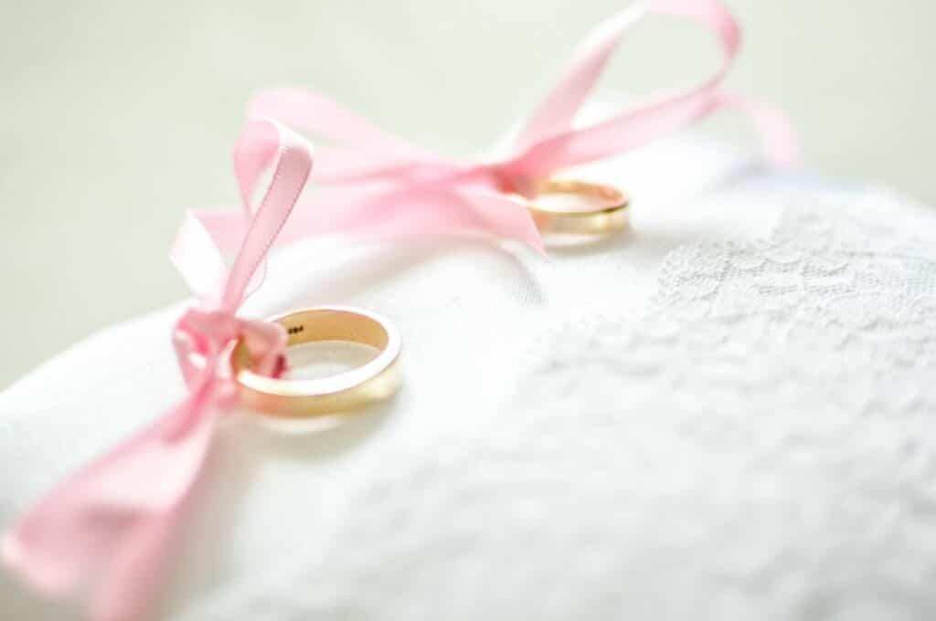 Obrączki ślubne na białej poduszce