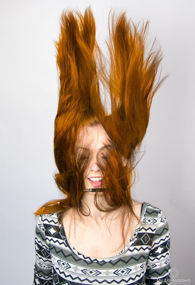 Włosy rudej dziewczyny podwiane do góry