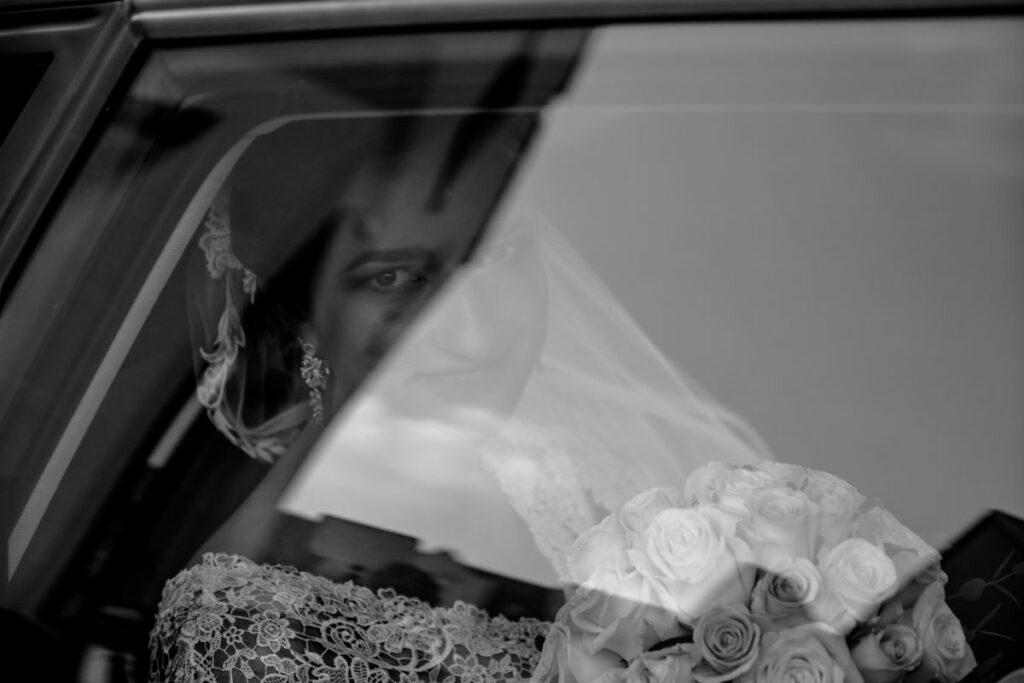Panna młoda za szybą samochodu