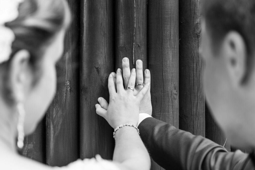 Para młoda pokazująca dłonie z obrączkami