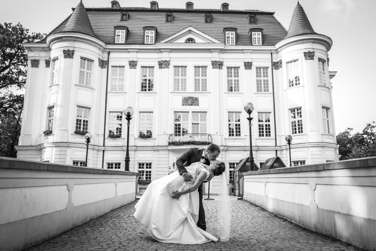 Para młoda pozująca do zdjęcia na tle zamku w Leśnicy