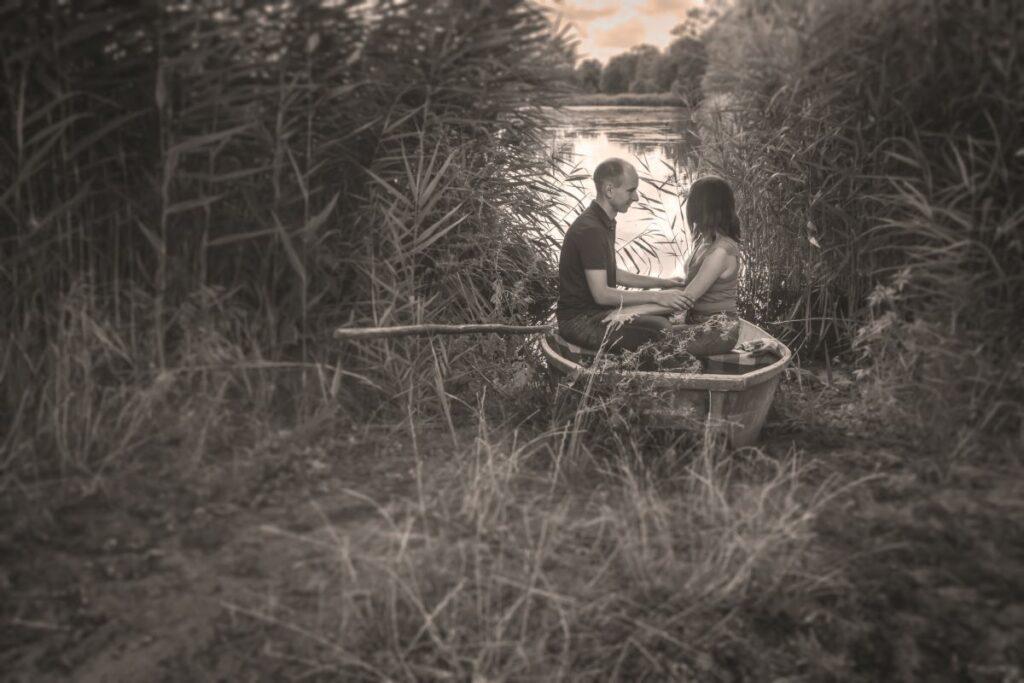 Zakochani na łódce u brzegu jeziora