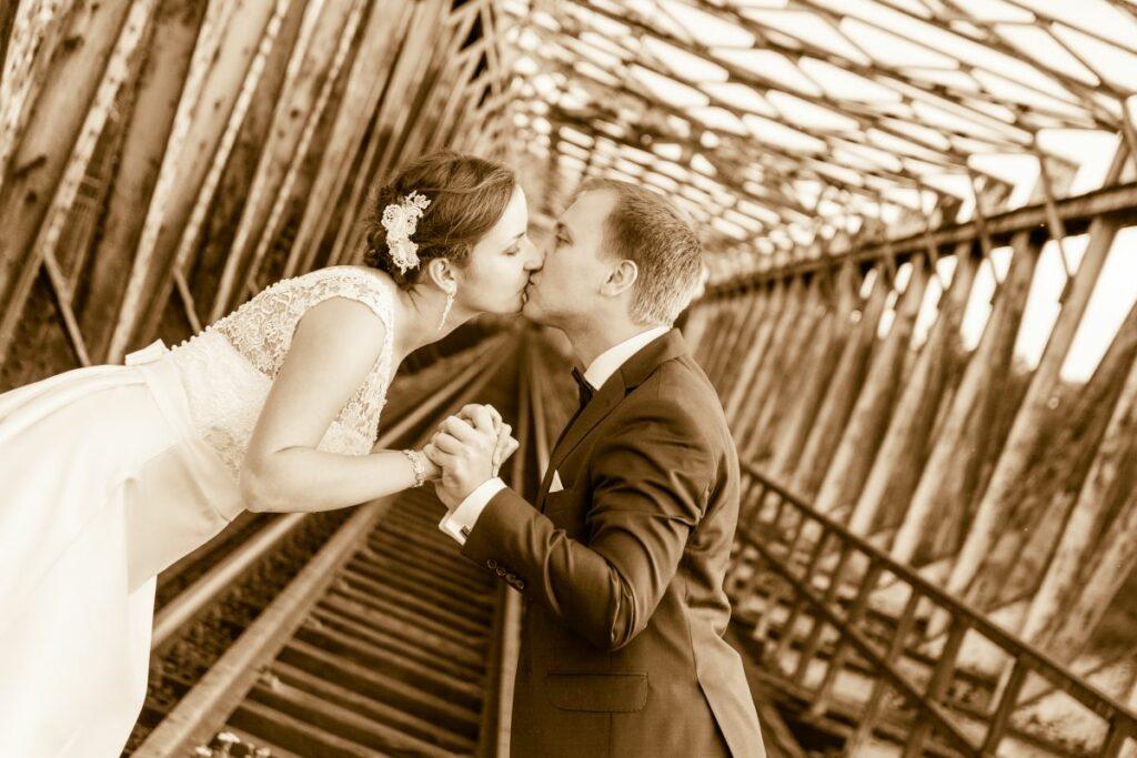 Sesja Ślubna na moście kolejowym w Czernicy