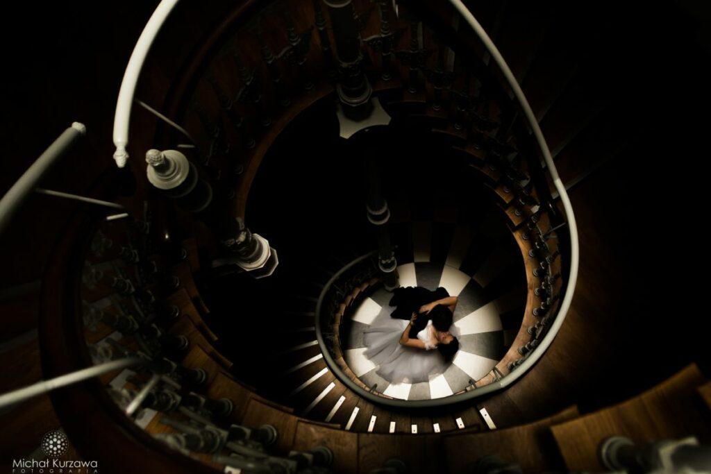 Plener Ślubny na spiralnych schodach we Wrocławiu