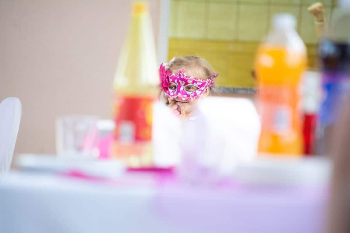 Dziewczynka w różowej masce podczas dziecięcej sesji urodzinowej w Oławie