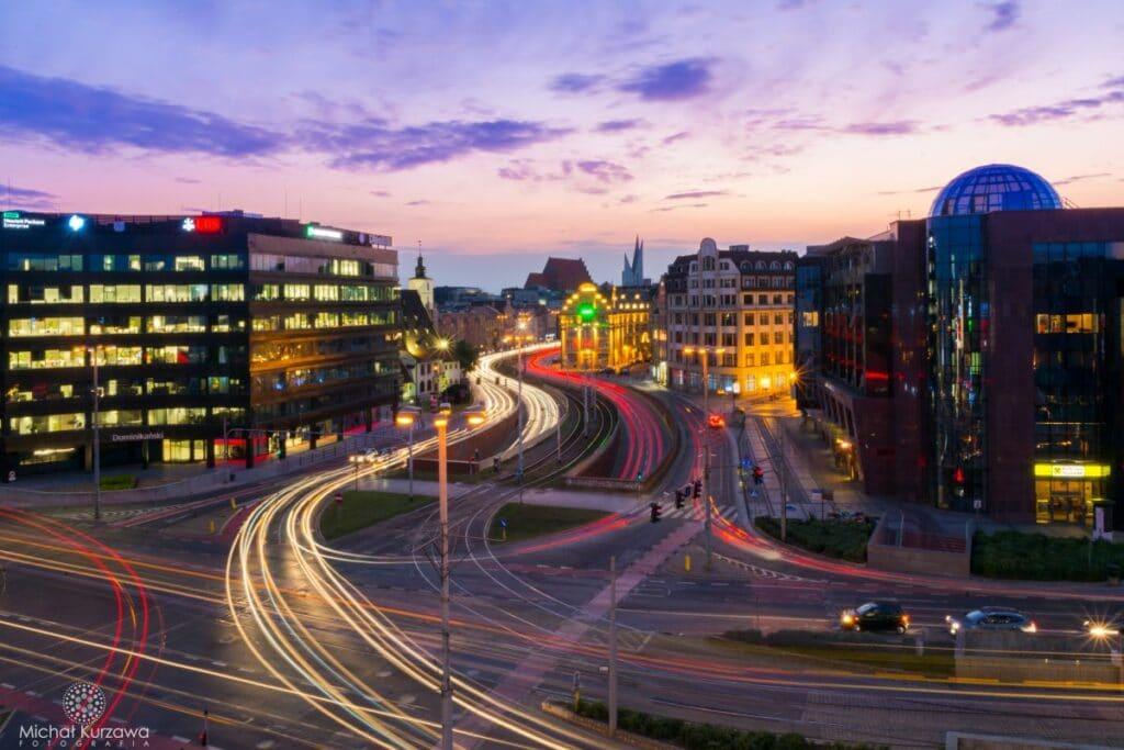 Światła samochodów pędzących przez Plac Dominikański we Wrocławiu