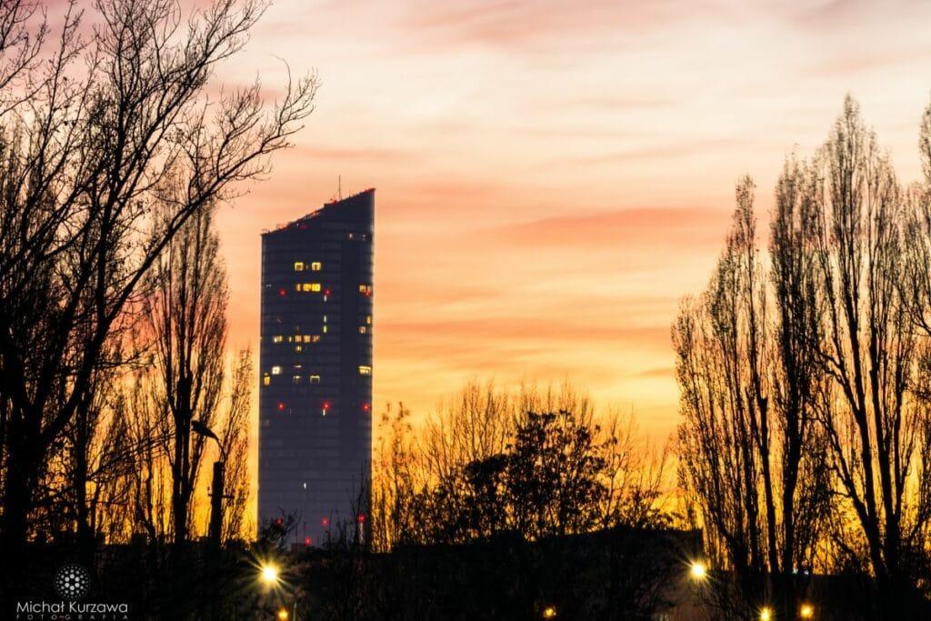 Sky Tpower we Wrocławiu po zachodzie słońca