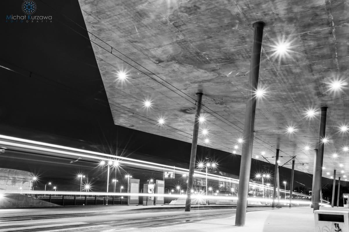 Czarno białe zdjęcie modernistycznego węzła komunikacyjnego we wrocławiu przy stadionie miejskim