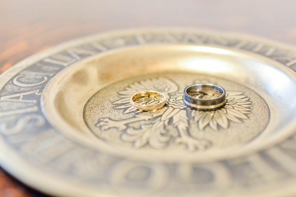 Zbliżenie na obrączki ślubne