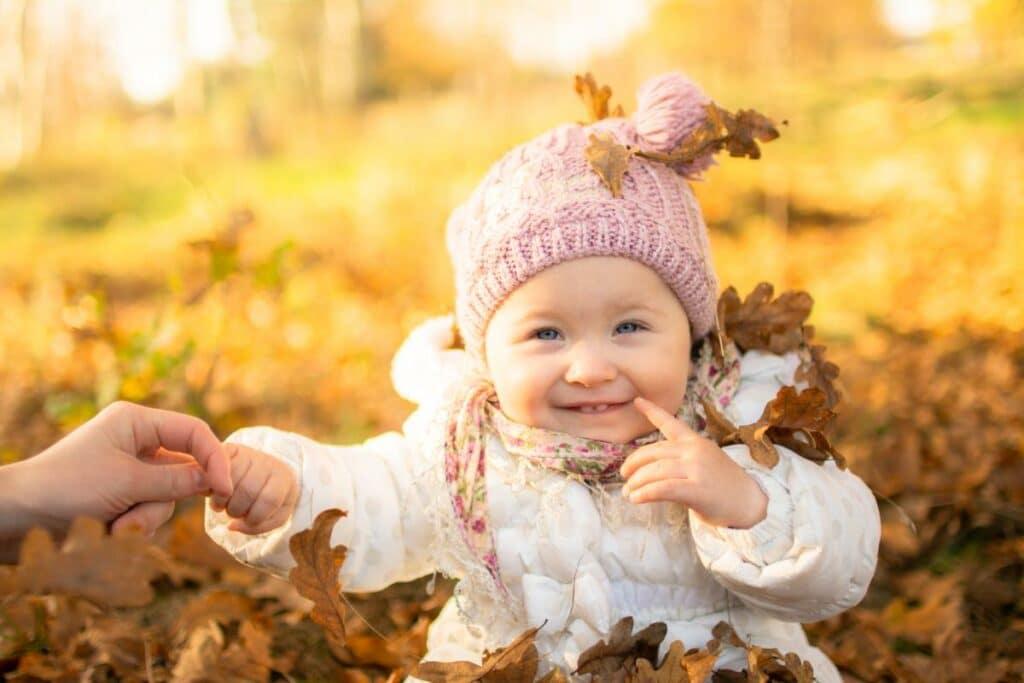 Fotografia rodzinna wroclaw jesienna sesja dziecka w liściach